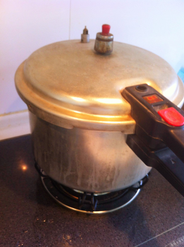 Cover pressure cooker lid and air valve