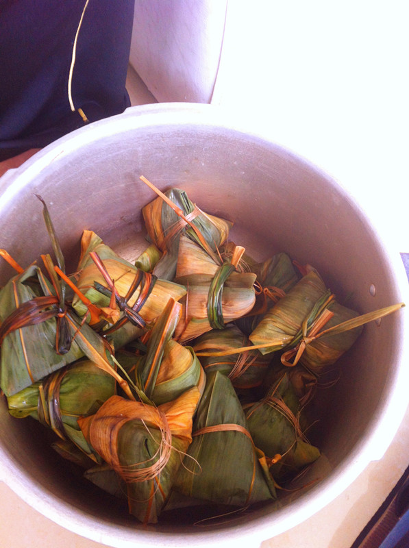 Place the zongzi in a large pressure cooker.