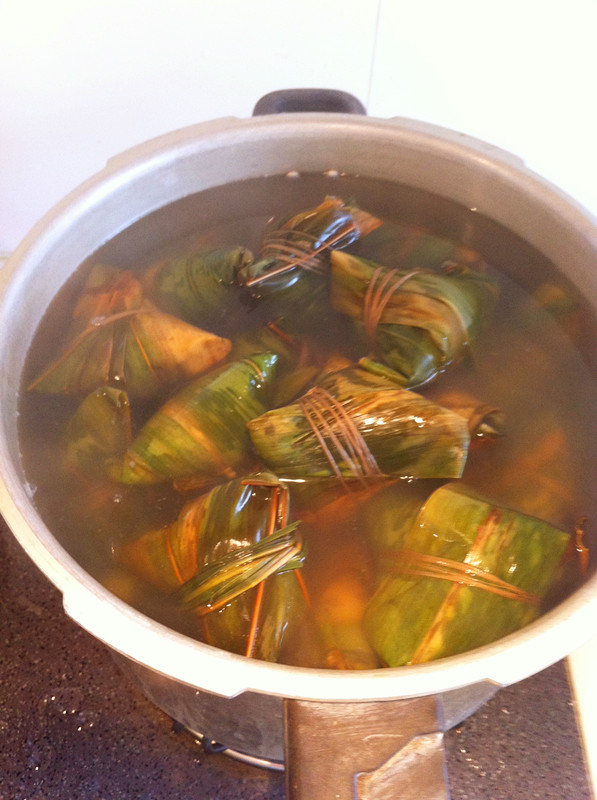 Pour in boiling water, boiling water to cover the zongzi