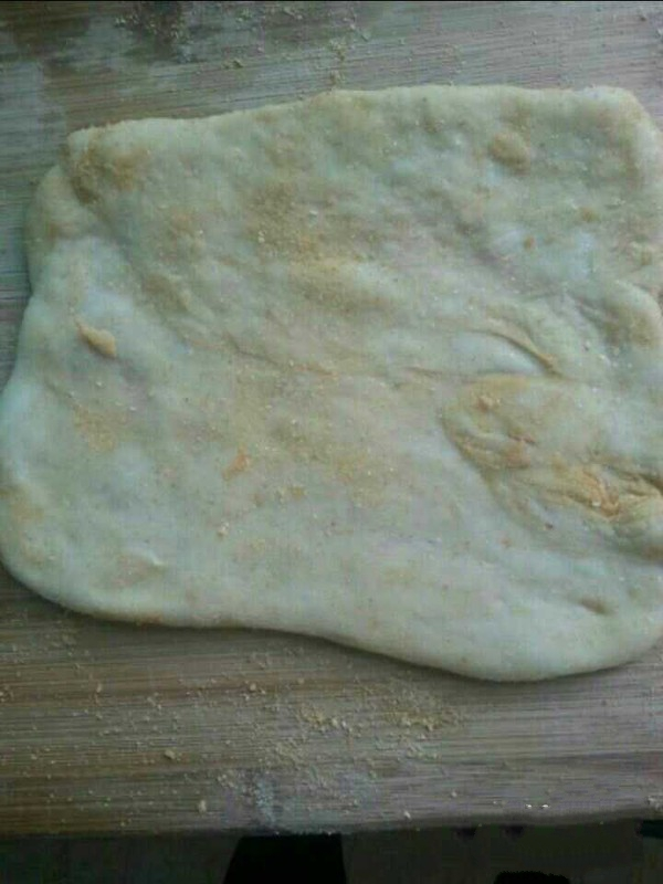 Spread a layer of Fried soybean flour on the cutting board