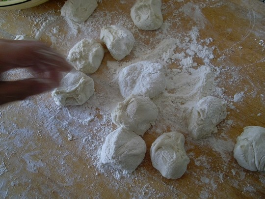 Divide the kneaded dough into evenly sized dough.