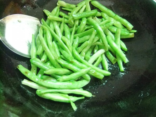 Wash the green beans. Put the oil in the pan